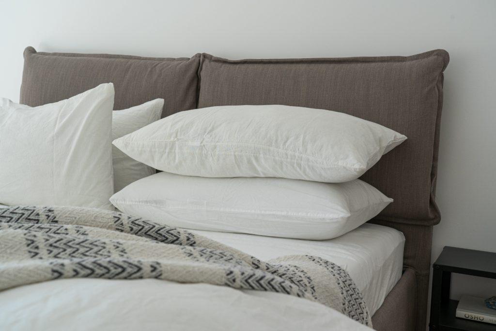 Coussins blancs lit