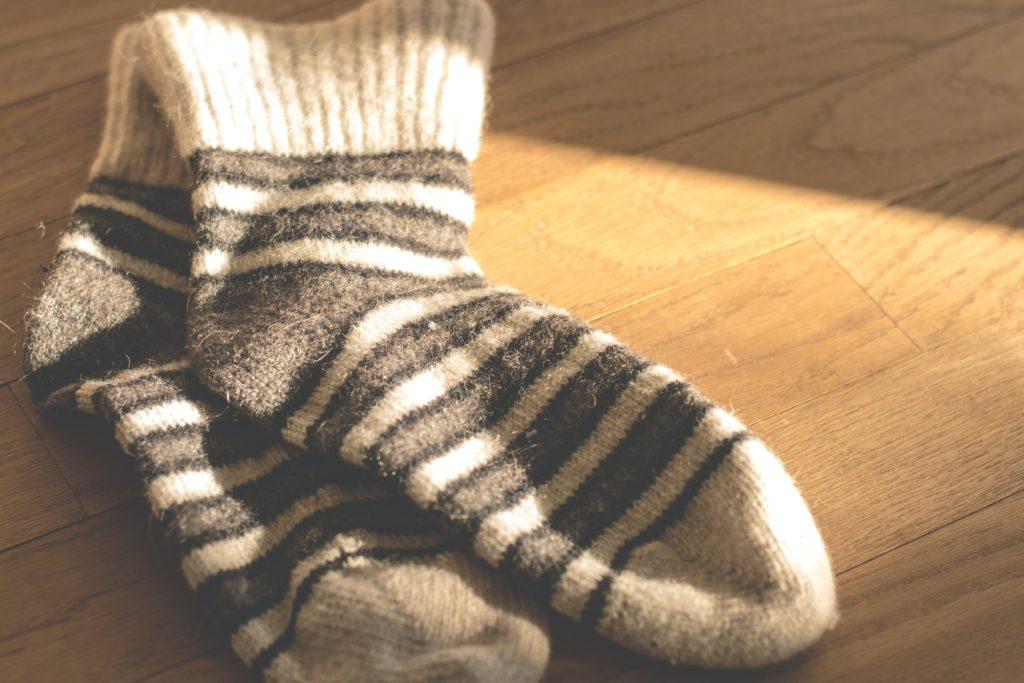 Chaussettes à rayures au sol