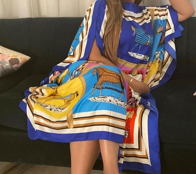 Robe ample en satin style foulard
