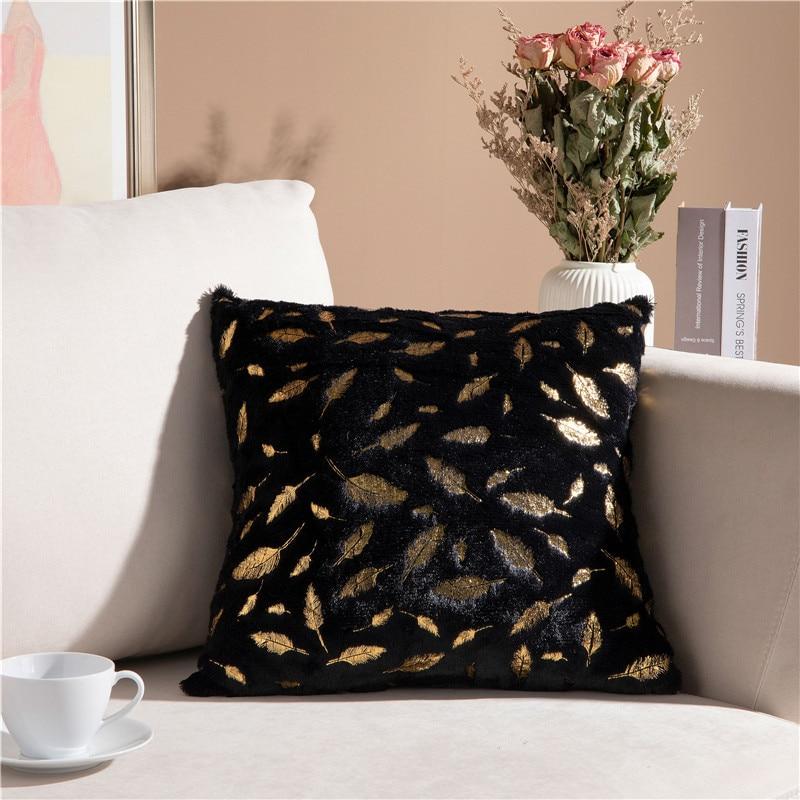 Coussin velours à plumes dorées style romantique