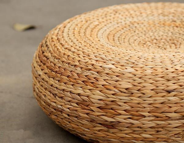 Pouf en paille tricoté à la main et rembourré