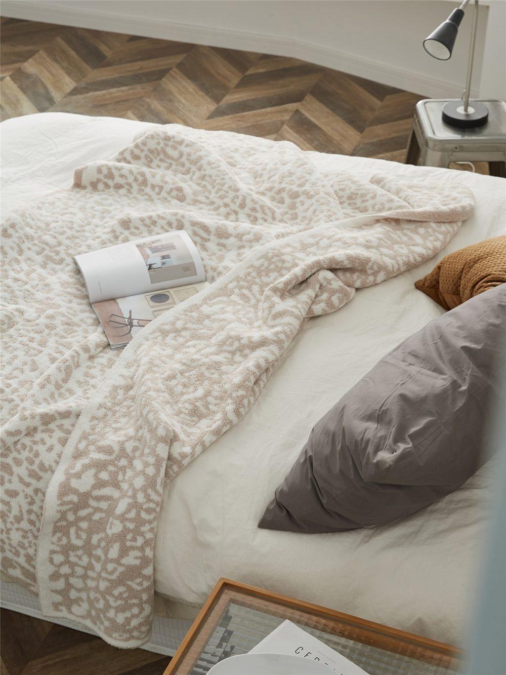 Plaid délicat tricoté imprimé léopard crème