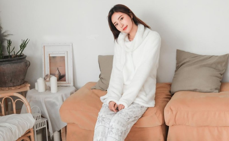 femme dans un pyjama blanc cocooning
